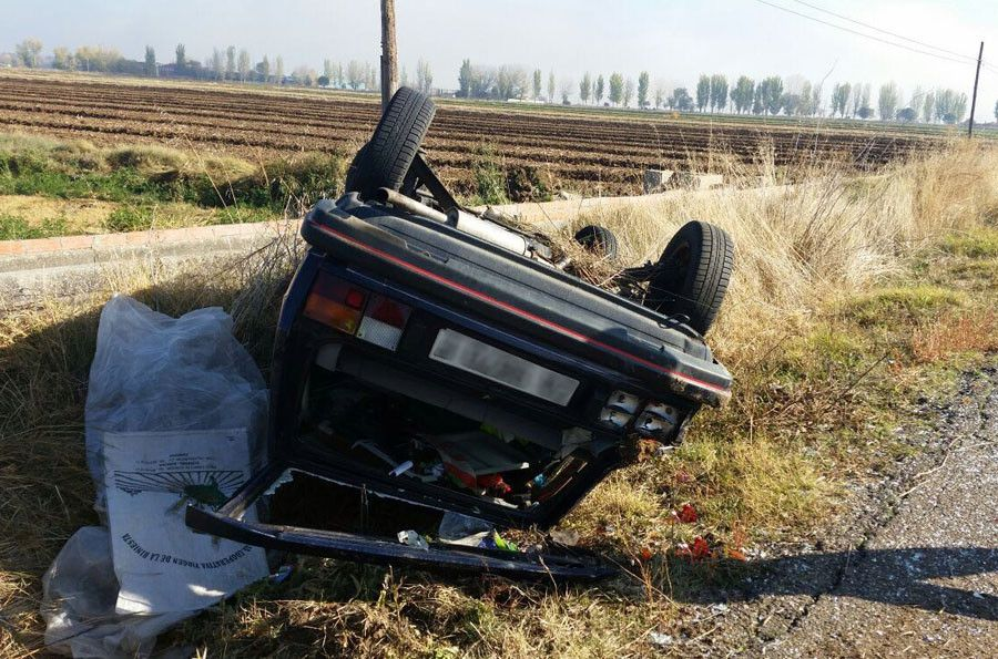 Roba un coche y acaba volcando en el camino viejo de Villaralbo