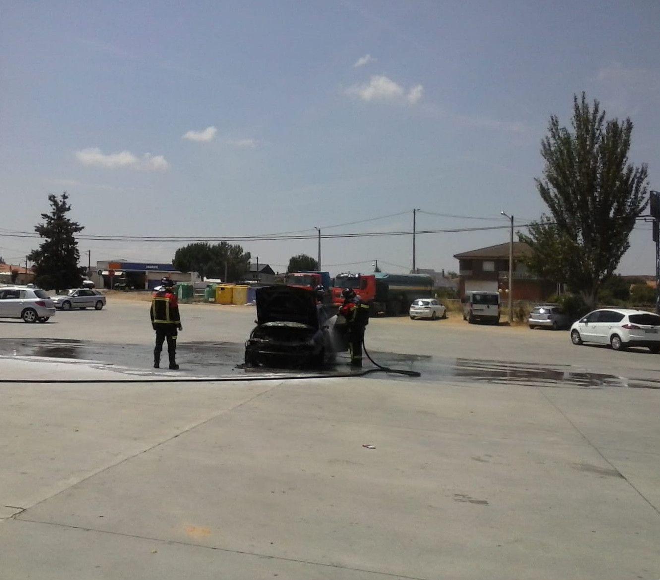 Un coche en llamas obliga a actuar a los bomberos en Roales