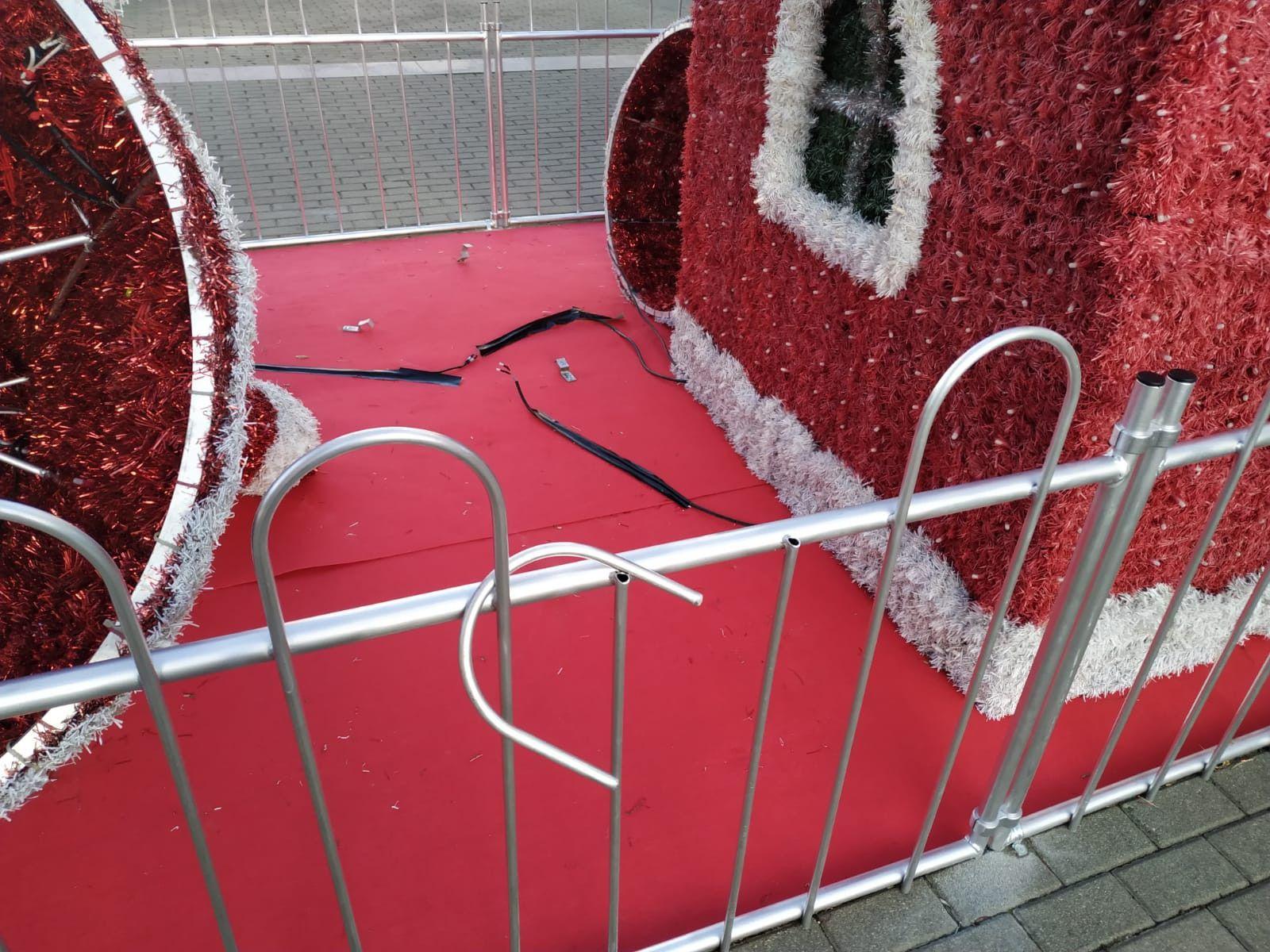 Decoracion navideu00f1a benavente vandalos (2)