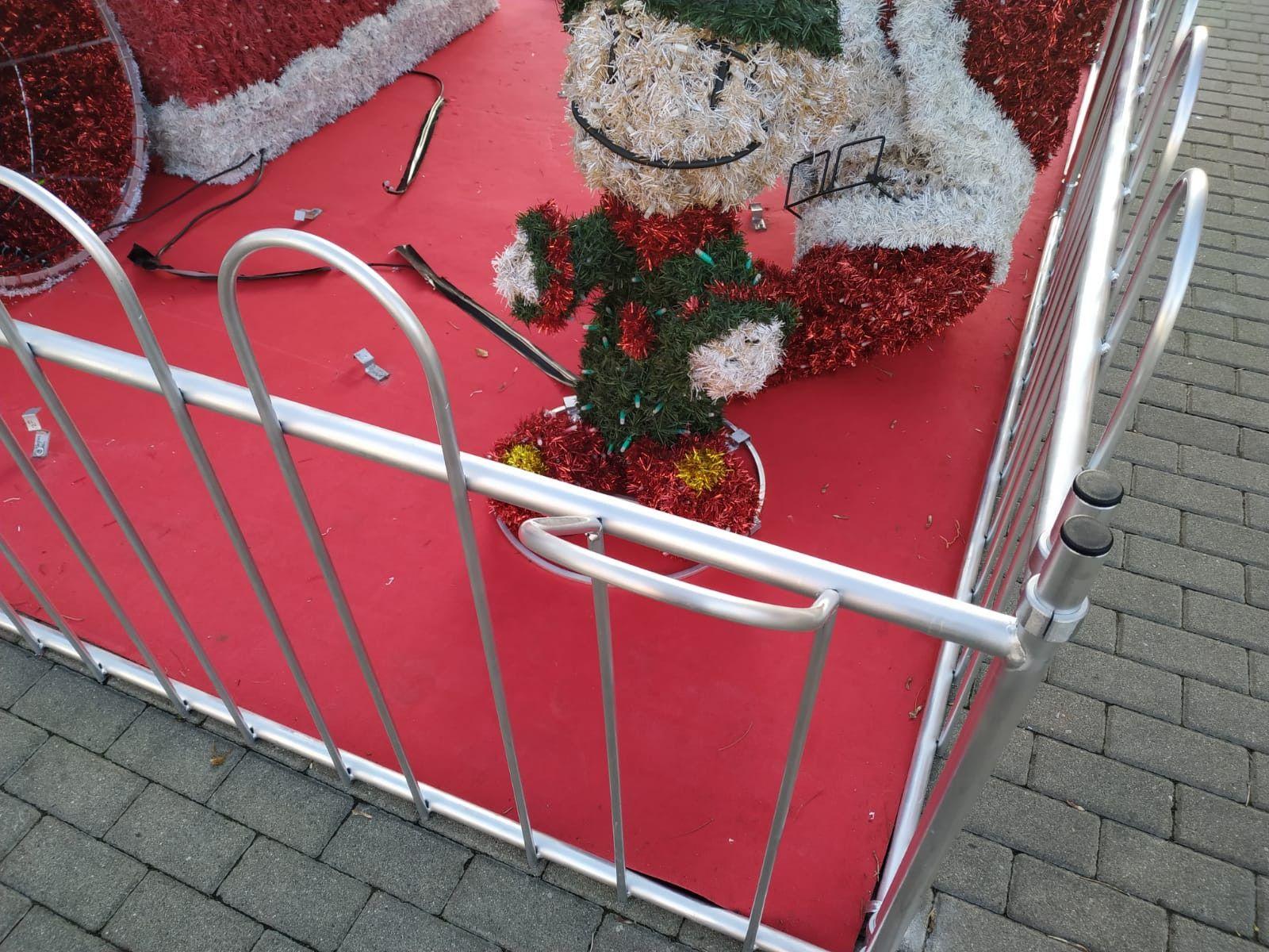 Decoracion navideña benavente vandalos (3)